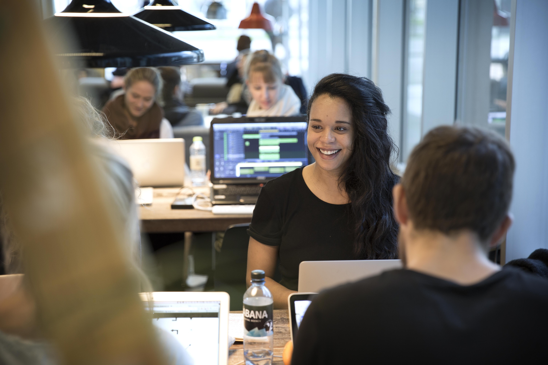 kvindelig software studerende